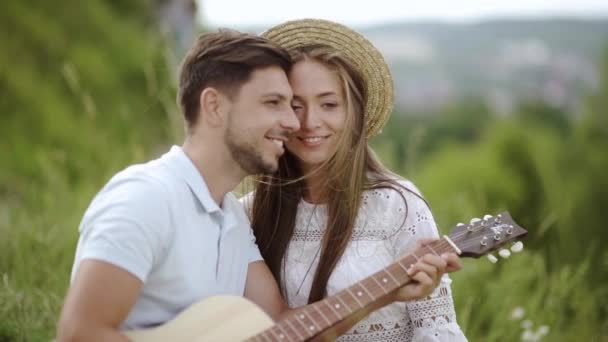 Láska. Romantický pár bavit venku. Milující lidé tráví společně čas na letní dovolenou v přírodě. Krásné šťastných lidí s kytarou, usmíval se a užívali si jeden druhého. Vztah