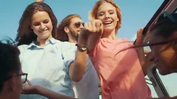 Sommer Reisen Freunde Spaß Reisen Offenen Wagen Lächelnde Junge
