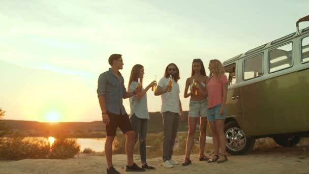 Menschen trinken. Happy Friends mit Spaß genießen-Party In der Natur. Gruppe junger Leute jubeln mit Getränken, lachen, feiern und Reisen am Wochenende im Sommer.