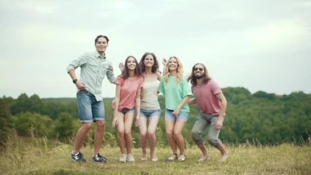 Gente che salta allaperto. Gruppo di amici che hanno divertimento e ridere In natura.