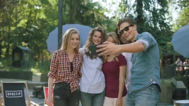 Happy přátelé fotografování na telefonu, baví a těší letní víkend