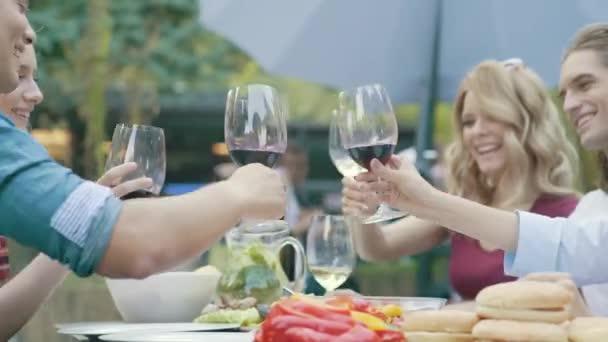 Menschen jubeln mit Getränke Wein genießen Outdoor-Dinner-Party