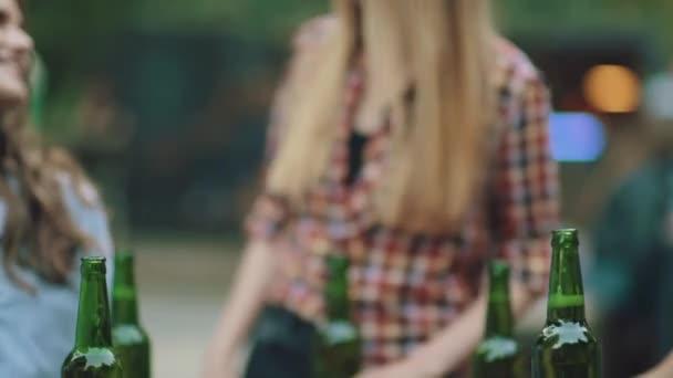 Freunde, trinken Bier und Toasten, genießen Wochenende auf Outdoor-Party im Sommer.