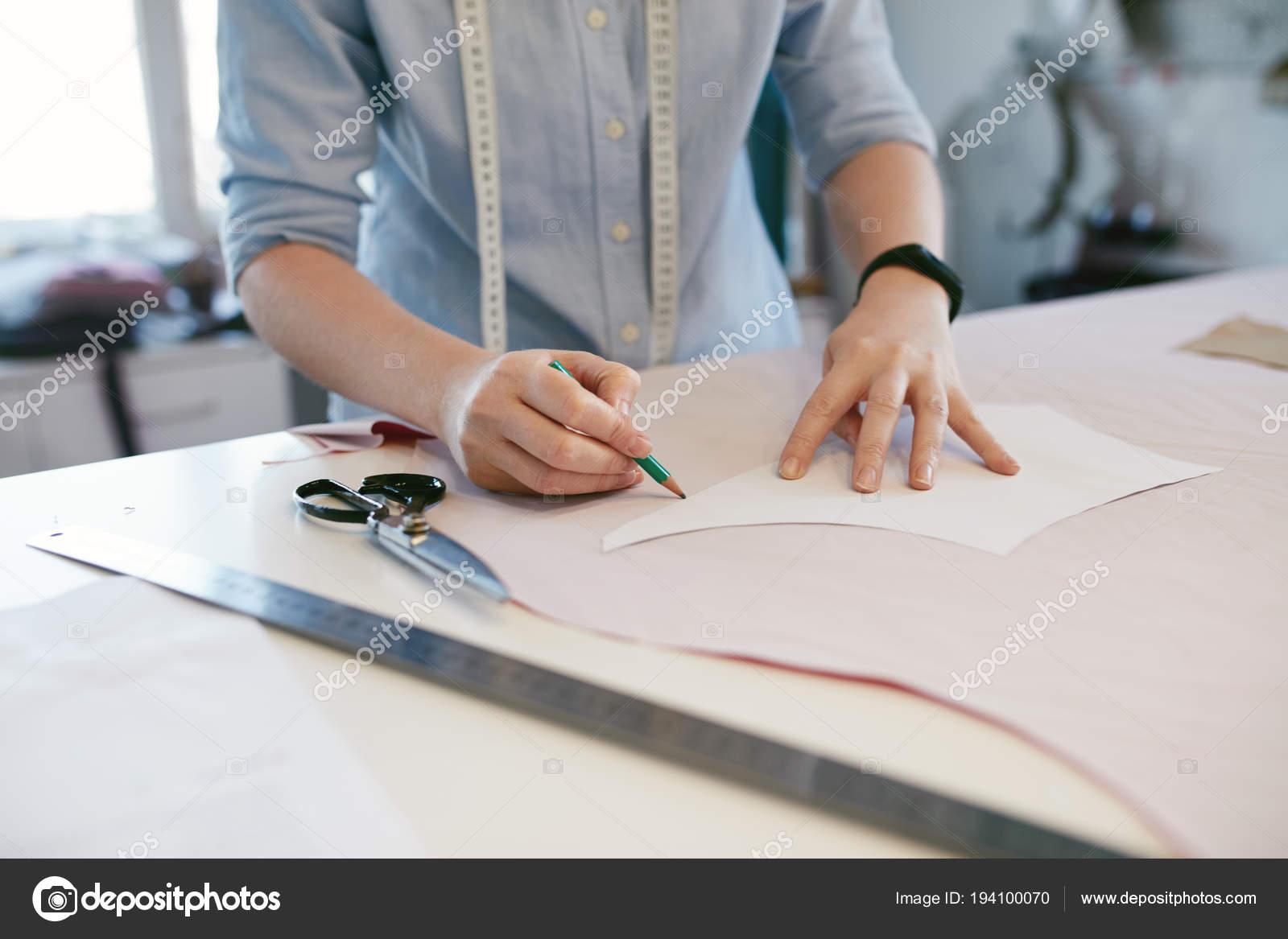 Frau Schneider machen Schnittmuster auf Tisch — Stockfoto © puhhha ...