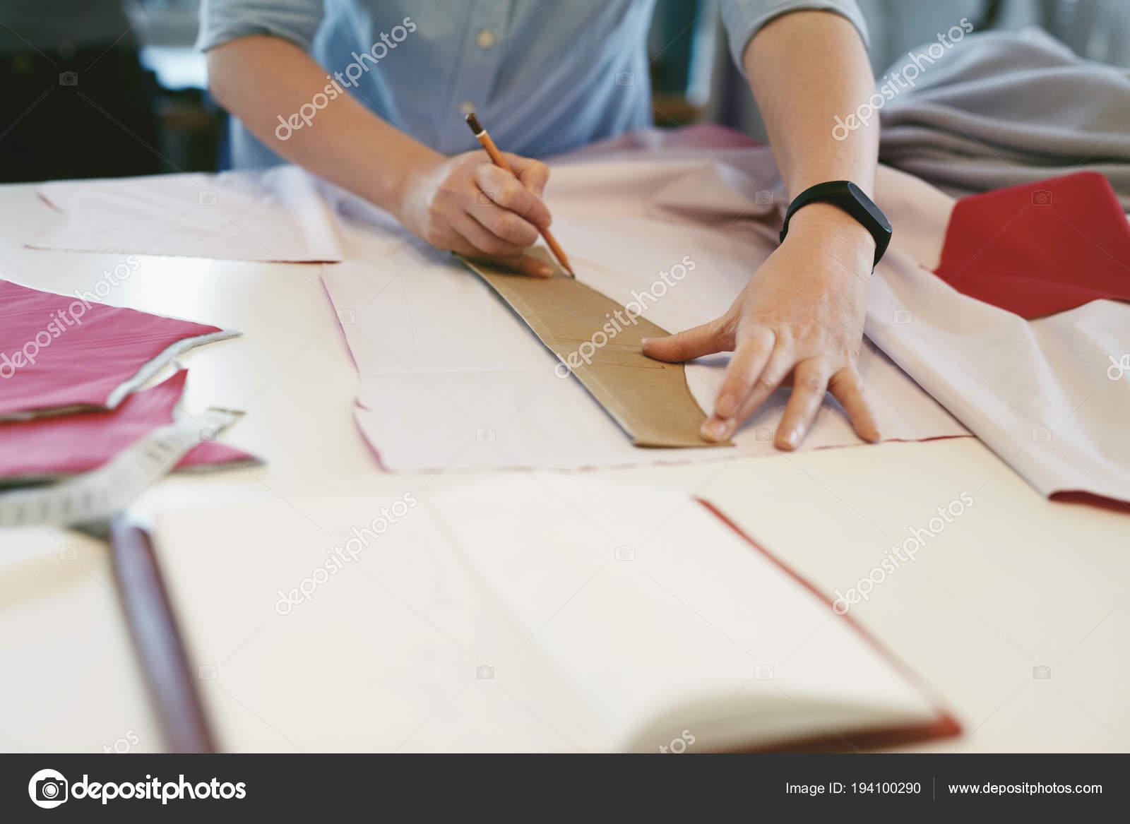 Sastre mujer hacer patrones de costura en mesa — Foto de stock ...