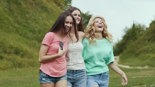 Happy Girls přátel baví venku v přírodě.