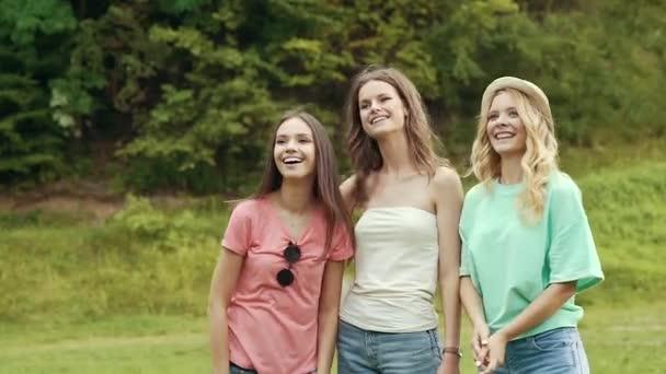 fröhliche Freundinnen, die Spaß in der Natur haben.