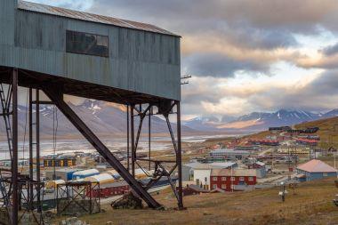 Eski Merkezi teleferik bina ve Longyearbyen, Svalbard görünümünü