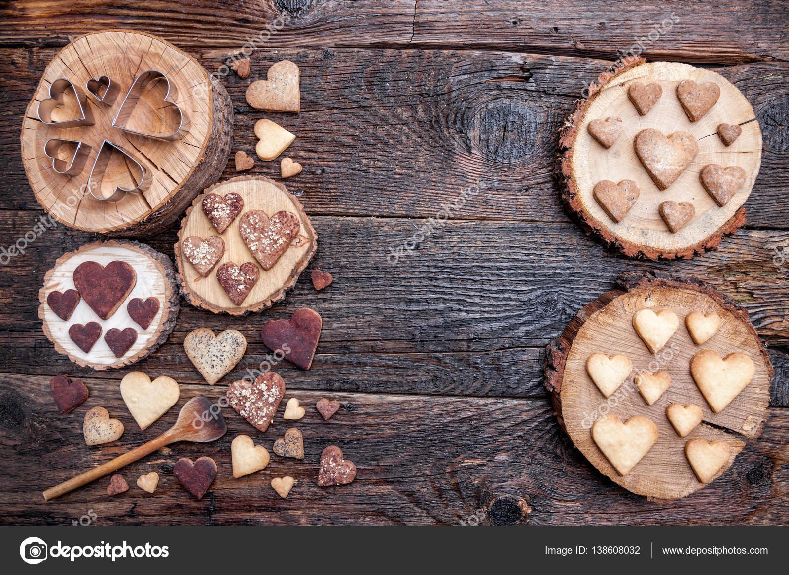Liefde Walnoot Hout : Heerlijke hartvormige koekjes gebakken met liefde u stockfoto