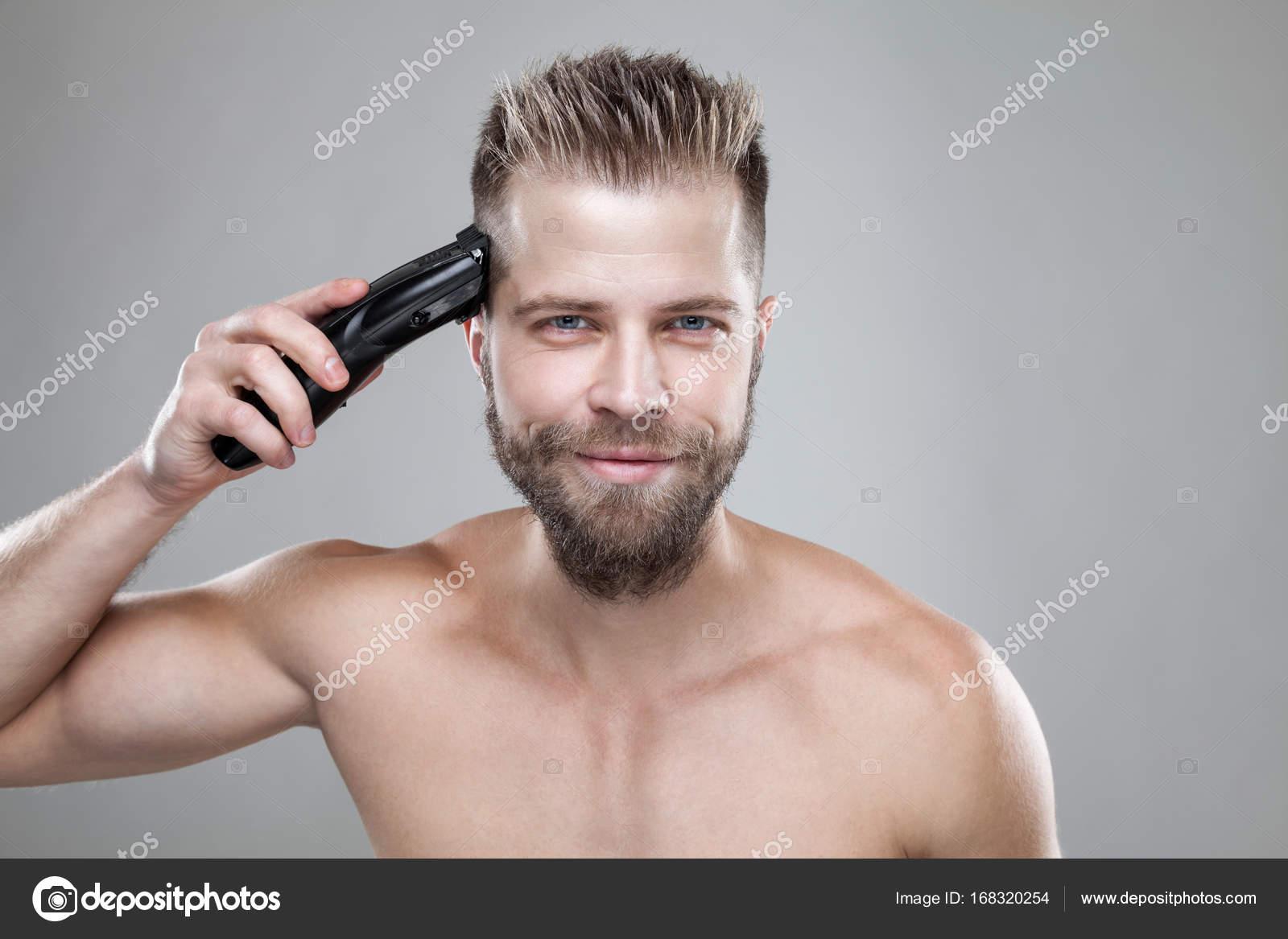 bel homme coupe ses propres cheveux avec une tondeuse photographie tommyandone 168320254. Black Bedroom Furniture Sets. Home Design Ideas