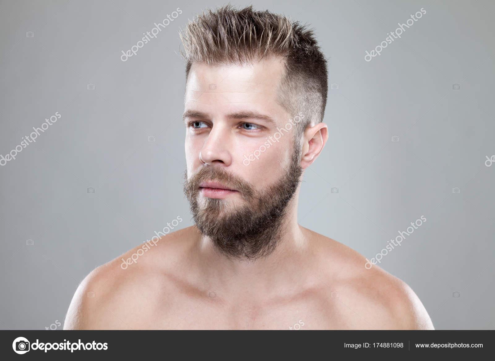 Ritratto Di Giovane Uomo Barbuto Con Un Nuovo Taglio Di