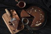 Fényképek közeli kép a finom darab fából készült táblán konyhai edények a tábla csokoládé torta