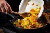 Fotografia chef che cucina le verdure in padella, primi piani