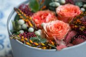 Photo close-up of beautiful rose flowers decoration in grey box