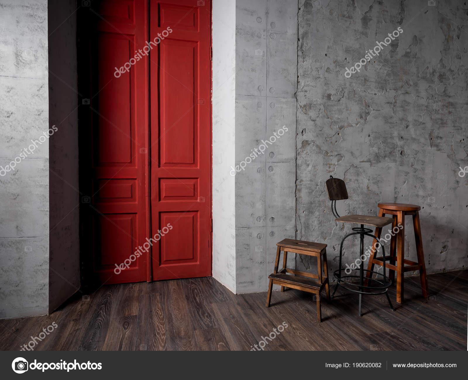 Chaises Bois Vintage Chambre Avec Mur Béton Gris Porte Rouge ...