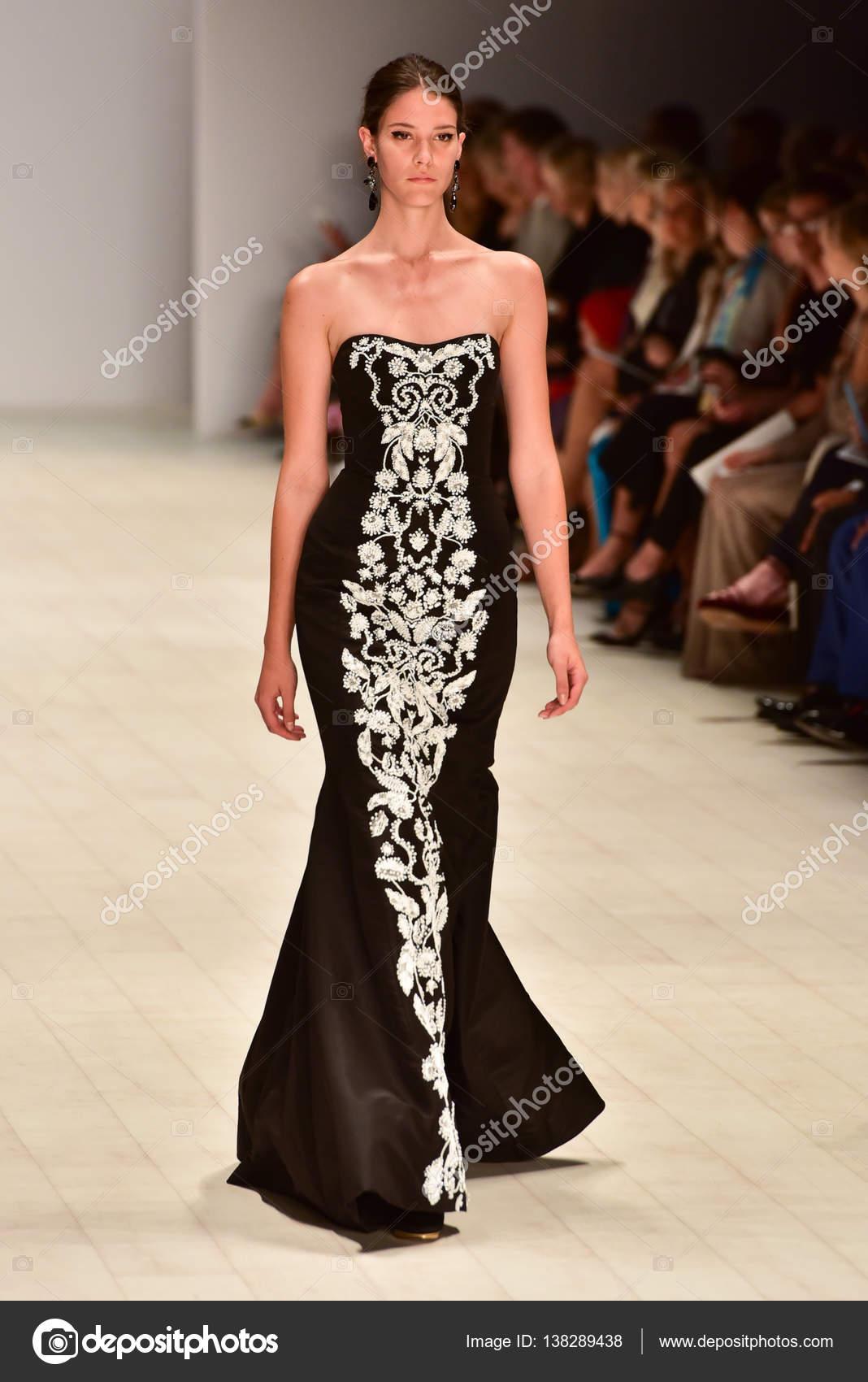 39acd1cbedd Oscar de la Renta fashion show – Stock Editorial Photo © mariematata ...
