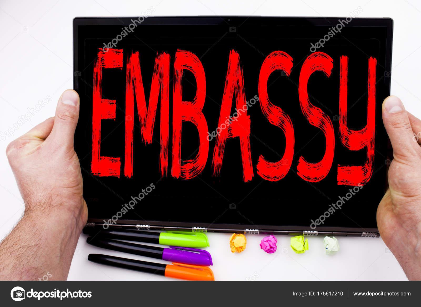 Texte dambassade écrit sur tablette ordinateur dans le bureau avec