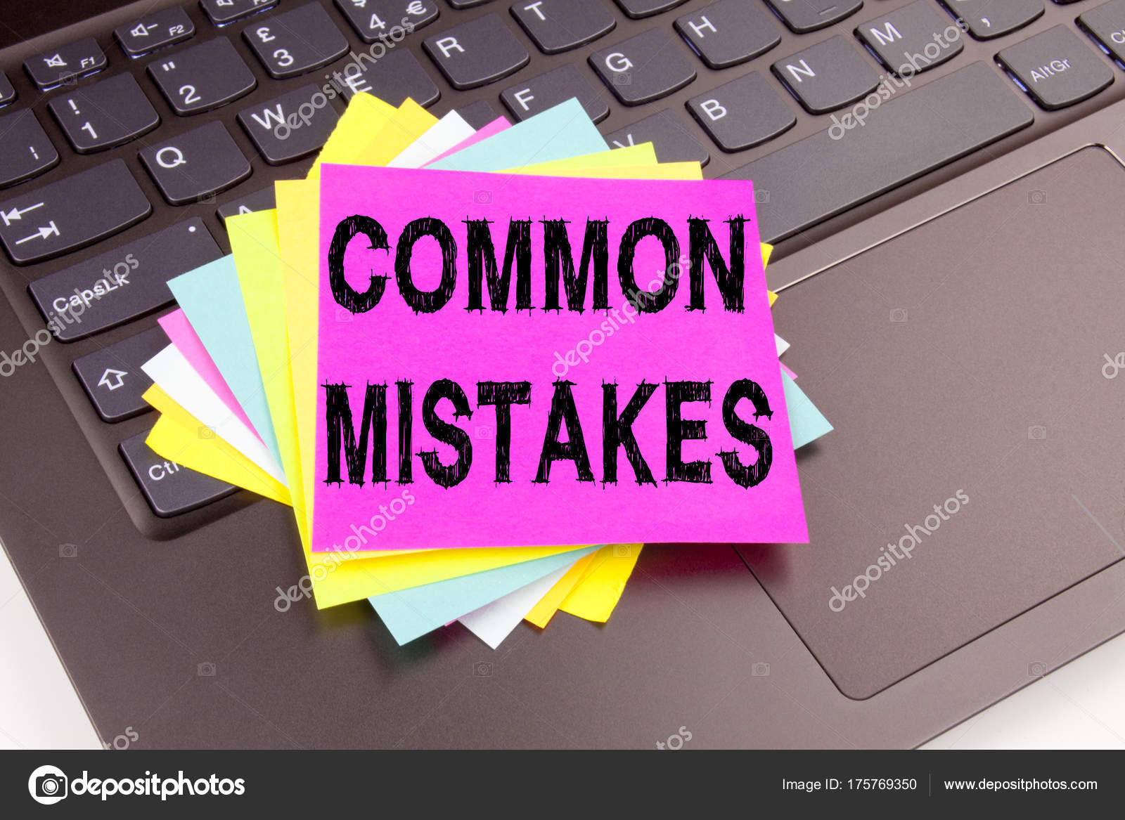 Écriture de texte erreurs courantes dans le gros plan du bureau sur