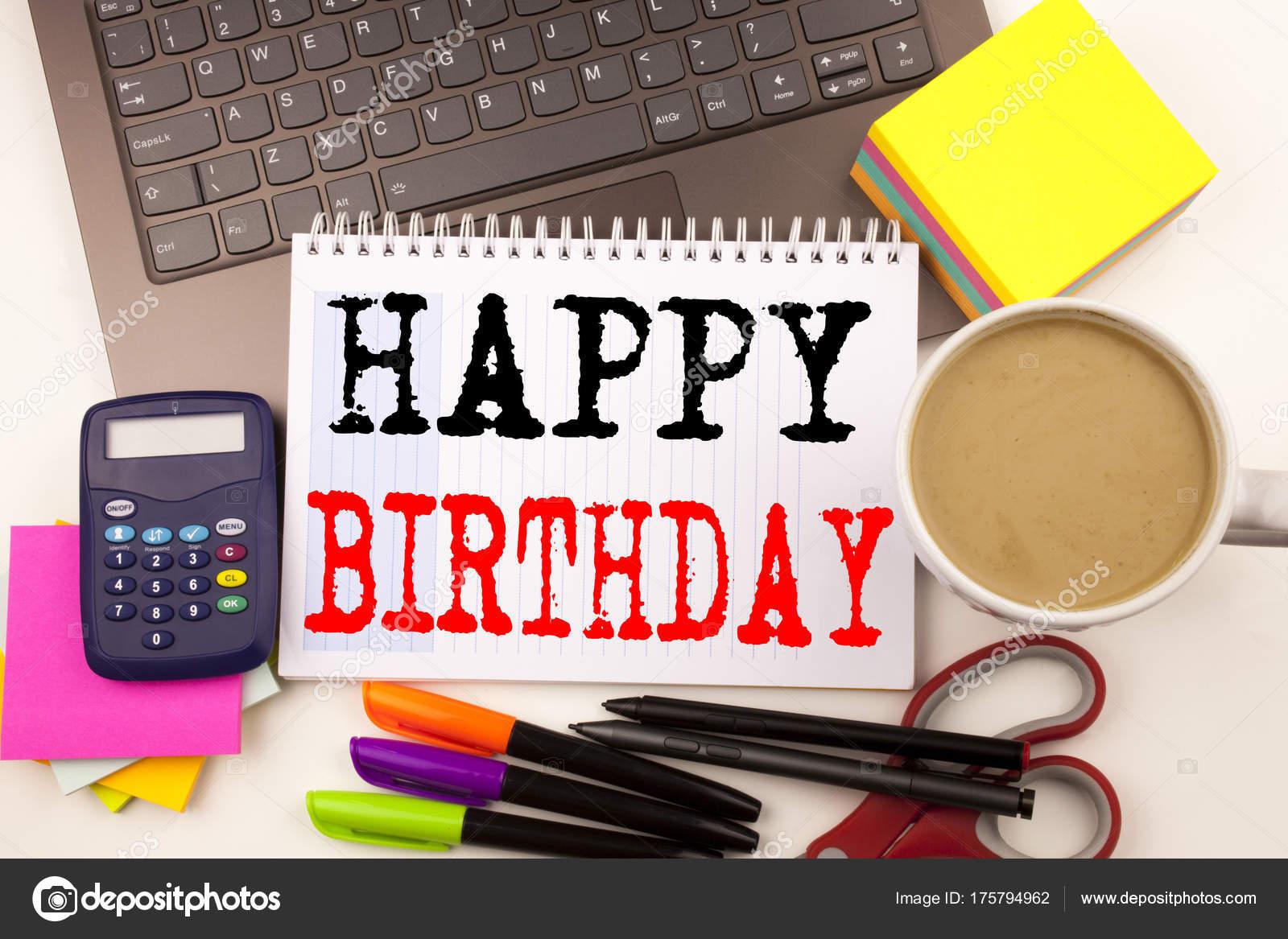 skriva grattis Ordet skriva Grattis på kontoret med omgivningen såsom laptop  skriva grattis