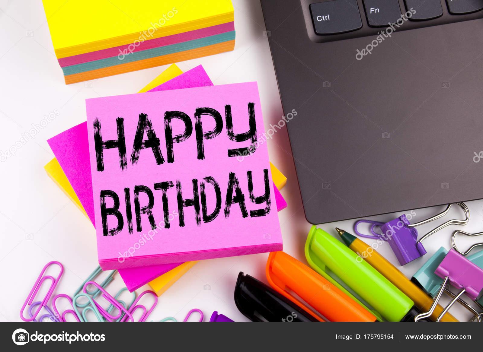 Écriture de texte montrant happy birthday réalisés dans le bureau