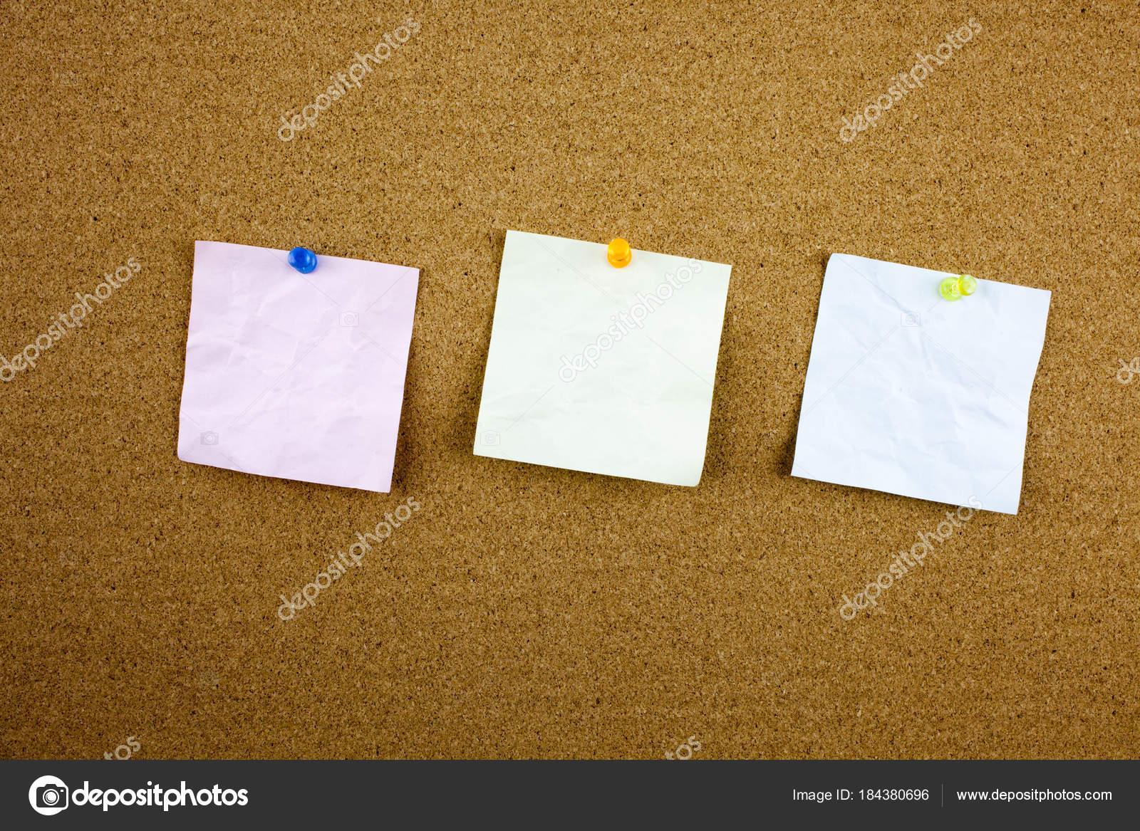 Bacheche Per Ufficio : Nota documento allineato con il nastro adesivo. pezzo di carta sulla