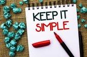 Schreiben Notizen zeigen, halten Sie es einfach. Business-Foto präsentiert vereinfachen Dinge leicht verständlich klare prägnante Ideen auf Notizbuch auf dem Jute-Hintergrund Marker daneben geschrieben.