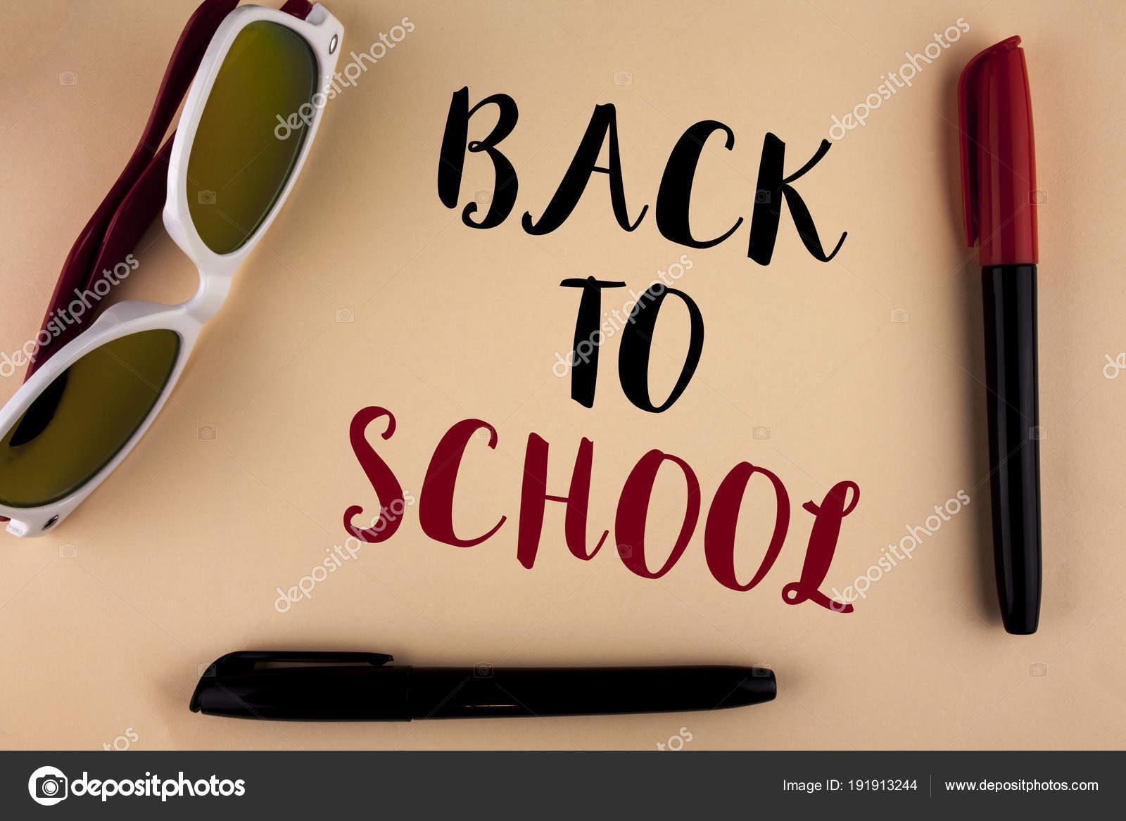 bc1ee0b3ccfb0 Palavra de escrever o texto de volta à escola. Conceito de negócios para a  hora certa comprar a mochila, caneta, livro, estacionário, escritos na  planície ...