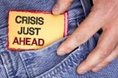 Wortschreibkrise vor der Tür. Geschäftskonzept für vorhersehbares Scheitern richtige Maßnahmen ergreifen, bevor es spät auf klebrigem Zettelpapier geschrieben wird, das ein Mann auf dem Jeanshintergrund hält.