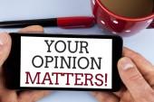 Slovo psaní textu váš názor věcech motivační volání. Obchodní koncept pro klienta zpětnou vazbu hodnocení jsou důležité napsáno na obrazovku mobilních telefonů drží muž na jednoduché pozadí značky Cup