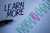 Psaní textu aplikace Word Další informace. Obchodní koncept pro studium těžší rozvíjet nové dovednosti schopnosti získat extra vzdělání napsáno na Plain modré pozadí sponky a značku vedle ní.