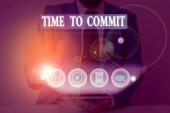Fogalmi kézírás, ami a Time To Commit-t mutatja. Fogalom jelentése Elkötelezettség vagy kötelezettség, amely korlátozza a cselekvési szabadságot