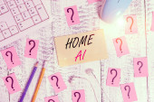 Slovo psaní textu Home Ai. Obchodní fotografie představující domácí řešení, které umožňuje automatizaci velké části elektronických nástrojů pro psaní, počítačových věcí a čmáraného papíru na dřevěném stole