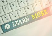Psaní poznámky zobrazující Další informace. Obchodní fotografie ukazující znalosti nebo dovednosti získané instrukcemi Významné učení.