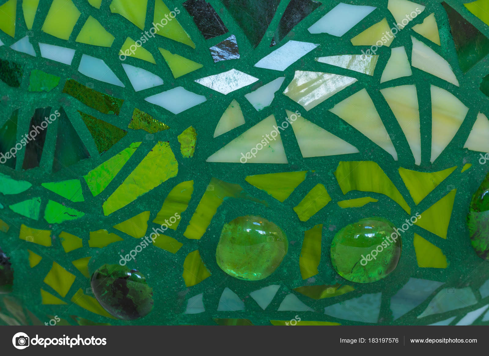 Mozaiek Tegels Tuin.Close Up Van Tuin Bal In Tinten Groen Van Gebrandschilderd Glas