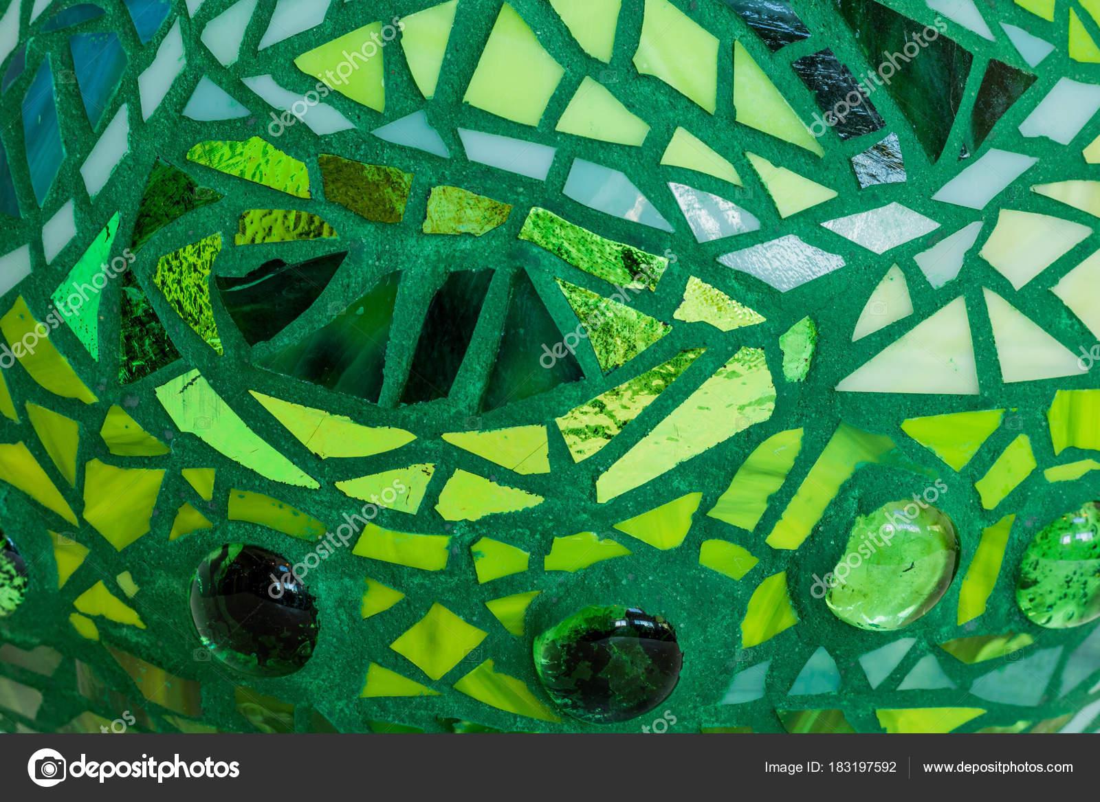 Groene Mozaiek Tegels : Close up van tuin bal in tinten groen van gebrandschilderd glas