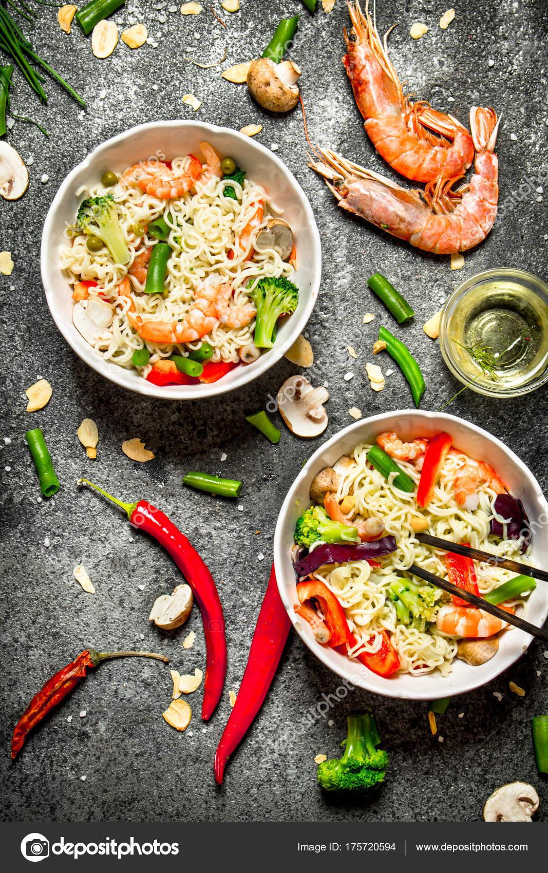 Kuchnia Azjatycka Chiński Makaron Z Warzywami I Krewetki