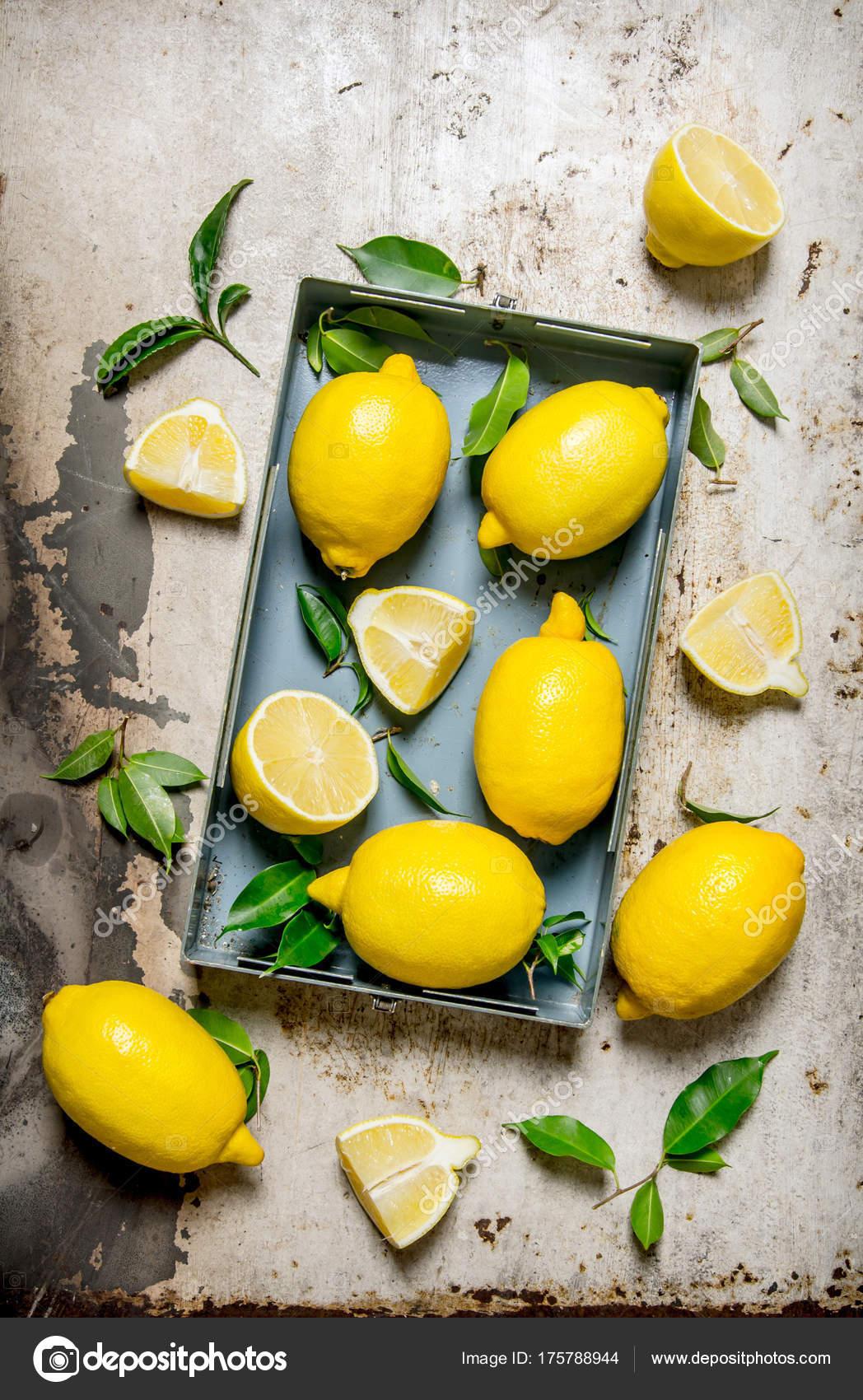 Limones en una caja metálica con hojas — Foto de stock © srapulsar38 ...