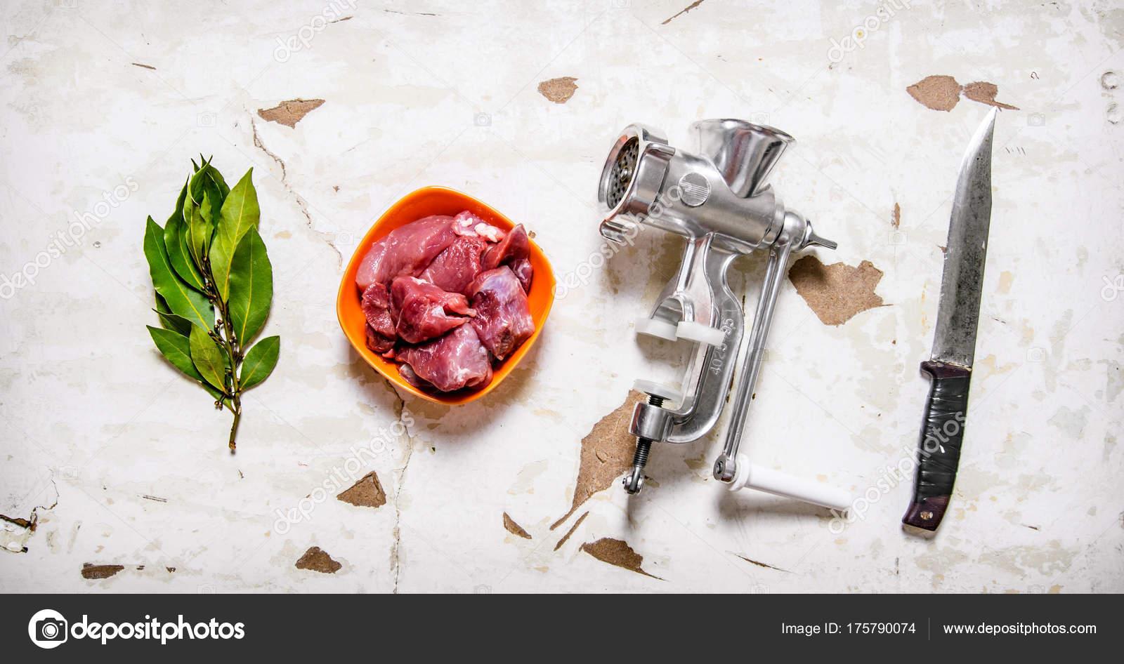 set - grinder, la viande crue, couteau à découper, feuille de