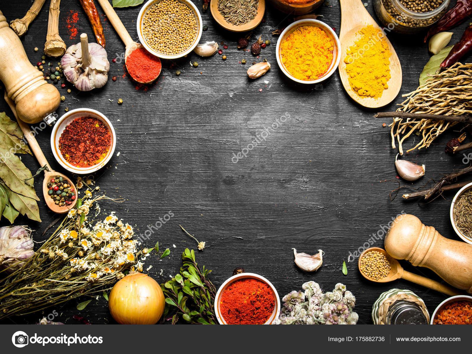 Rahmen von indischen Gewürzen und Kräutern — Stockfoto © srapulsar38 ...