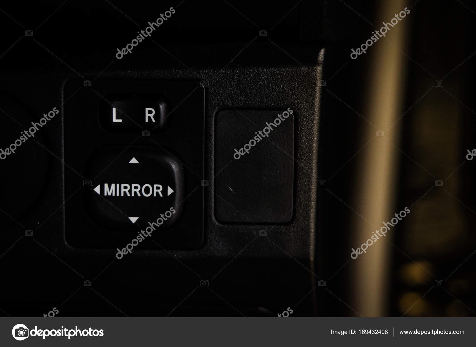 knop spiegel voor de spiegel kant links of rechts aanpassen tijdens het rijden veiligheid veilige concept interieur auto foto van nawanthorn21