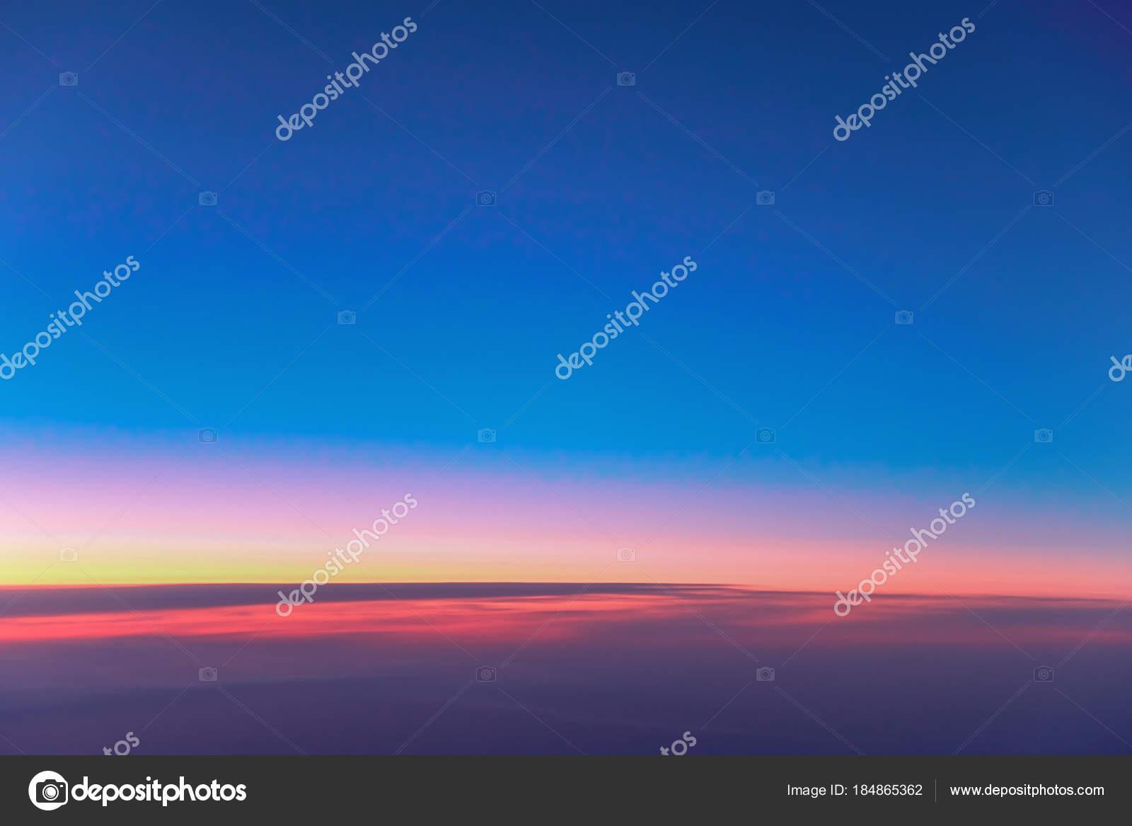 Amanhecer de paisagem sobre nuvens papel de parede amanhecer paisagem do amanhecer acima das nuvens papel de parede amanhecer vermelho laranja no cu azul escuro de manh uma viso da vigia de um avio voando foto thecheapjerseys Choice Image