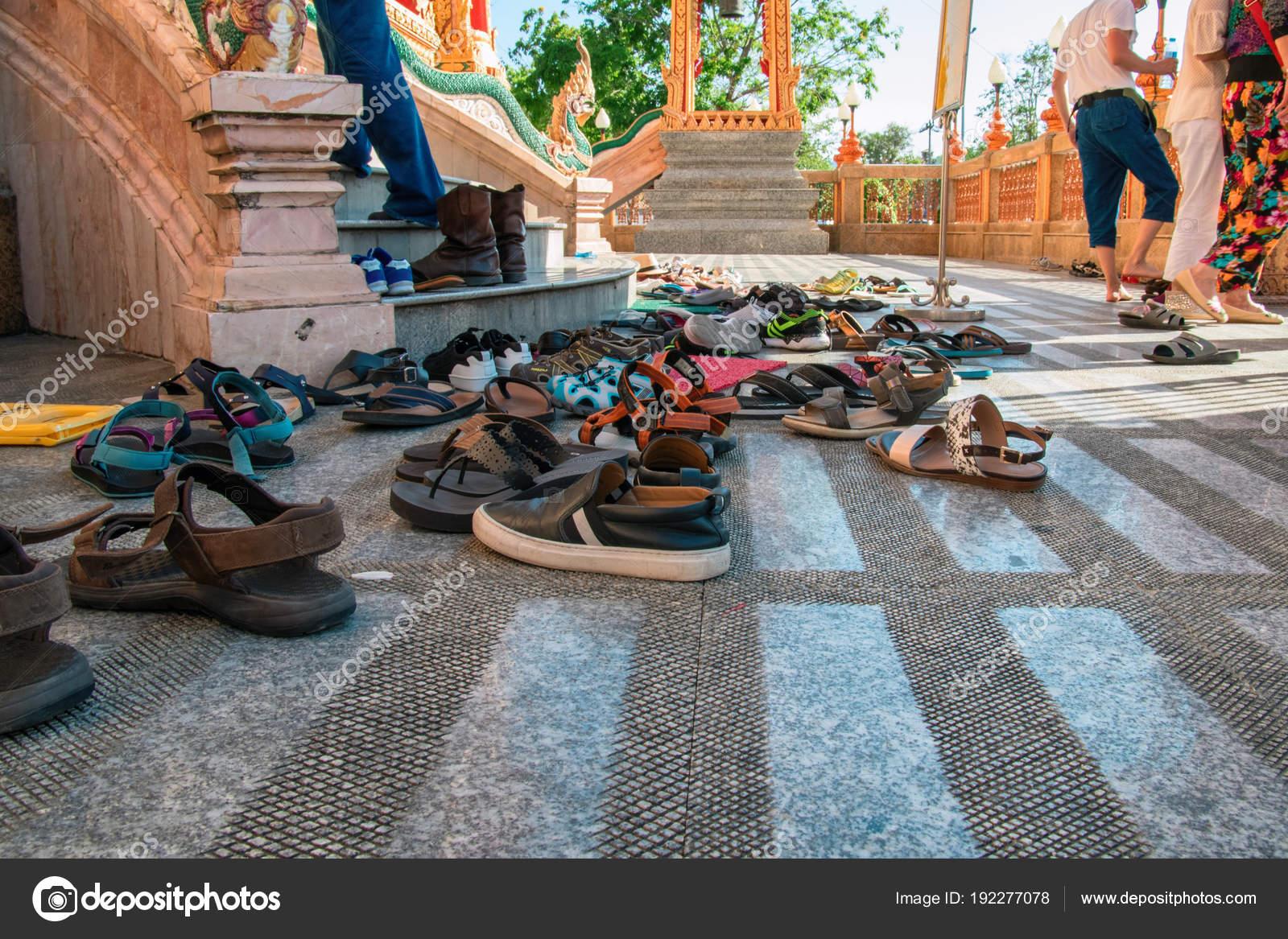 outlet store a0073 a415f Schuhe links am Eingang zum buddhistischen Tempel. Konzept ...