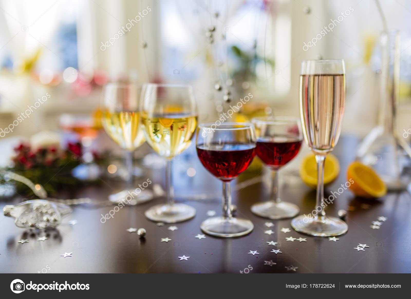 Silvester Party Weiß Und Rot Gewinnt Und Getränke Gläsern ...