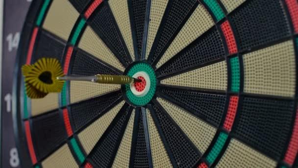Egy dart nyíl bottal közepén dart tábla bika szeme