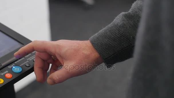 Handdrücken des Startknopfs am Kopiergerät