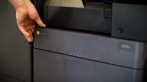 Luomo mette il toner nella stampante Ycmk