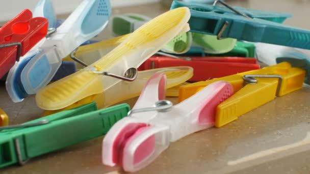 kolíčky na prádlo v zářivých barvách