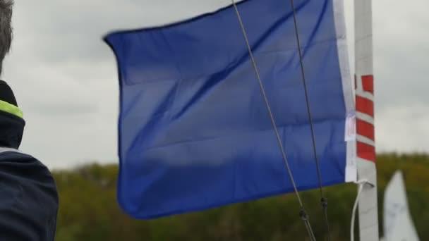 Barevné námořní plavby vlajky vlají ve větru z řádků podsvícení stožár plachetnice