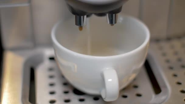 Egy csésze fehér kávét. Kávéfőző, tejeskávé macchiato, cappuccino.
