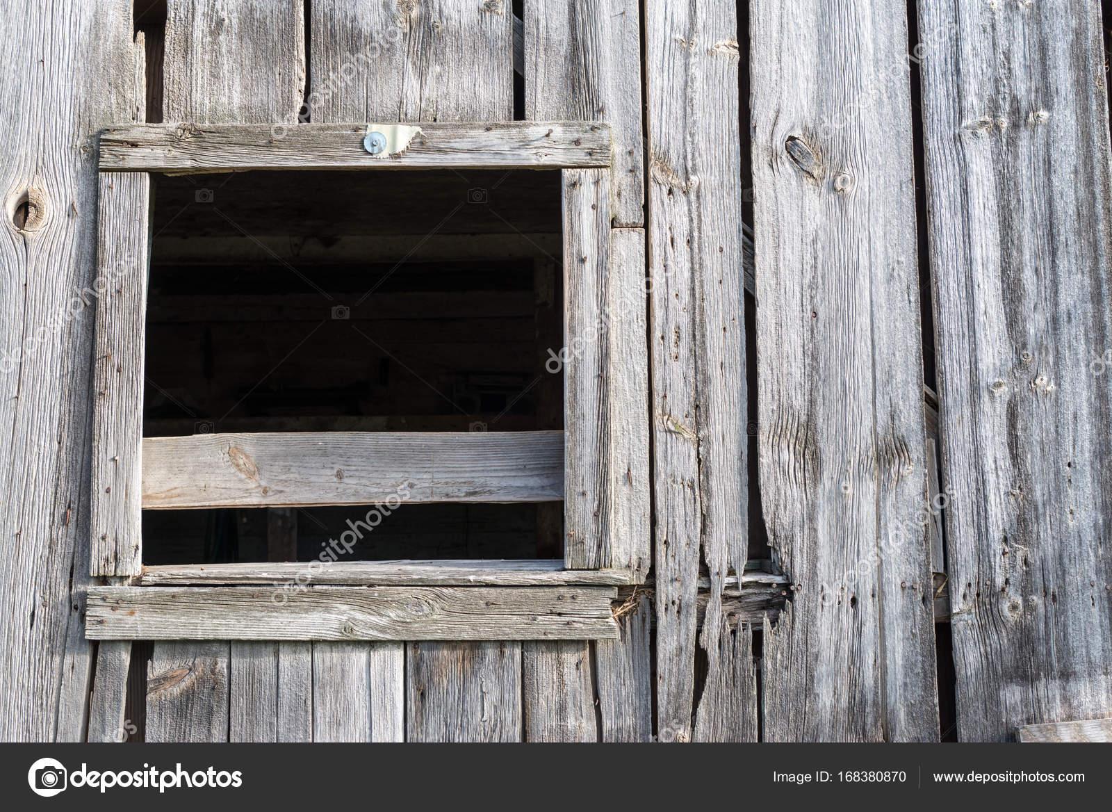 antigua ventana de granero con ningún vidrio — Foto de stock ...